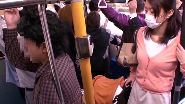 【エロ動画】「路線バスでベビーカー妻のミニスカ尻に 勃起チ○ポを擦りつけてヤる」VOL.1のエロ画像1枚目