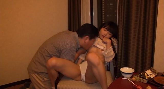 知り合いのおじさんにホテルに連れ込まれて悪戯された小〇生 りな