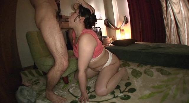 ムチムチなカラダで息子を誘惑する豊満美人母