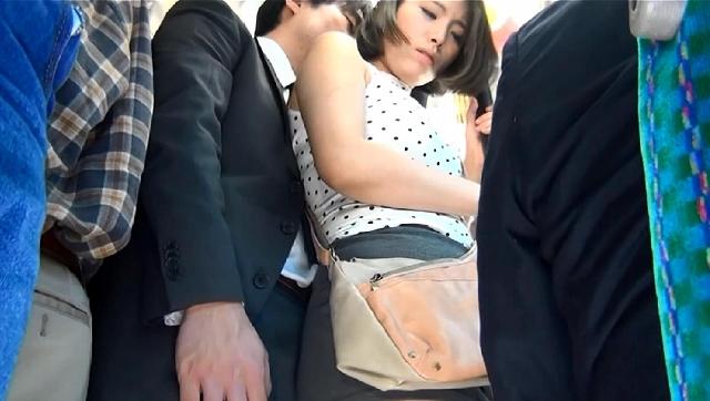 満員バスでむっちり尻が密着してくるもんで、チ○コが勃起してスカートめくり上がり挿入しちゃったよ!