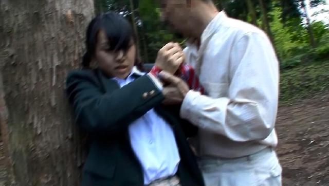 下校中にガマンできず野ションして管理人にお仕置きされる女子校生
