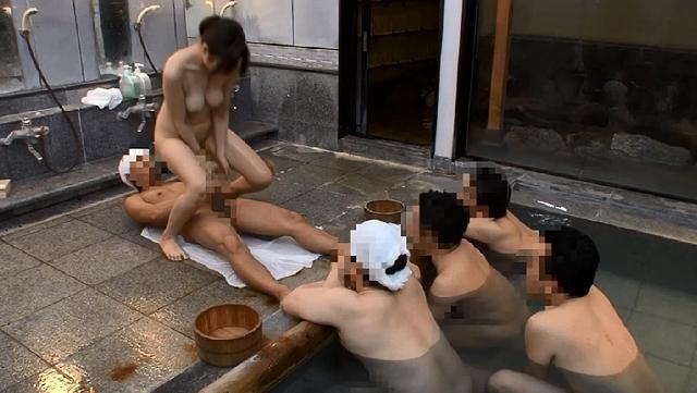 素人お嬢さんが混浴露天風呂でヌルヌル泡泡ボディ洗い体験2
