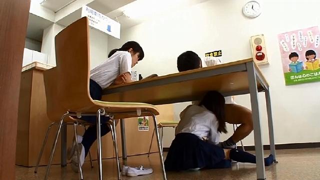 彼女の親友が机の下にこっそり隠れてフェラチオ