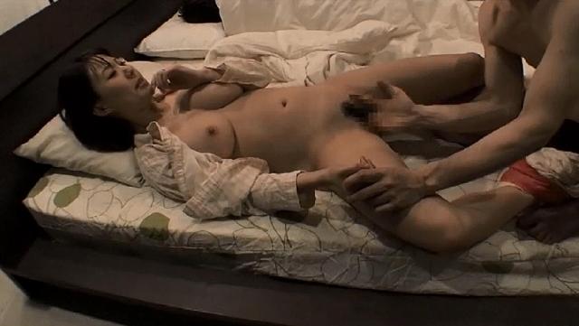 酔って寝ている夫の隣で上司に寝取られた巨乳妻 橘優花
