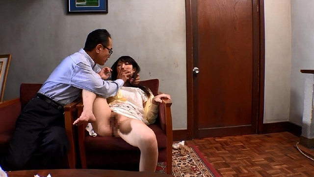 【エロ動画】父に厳しく育てられた娘は女友達の誘いも断り、首締め折檻プレイで悦楽に酔い中出しされる。のエロ画像1枚目