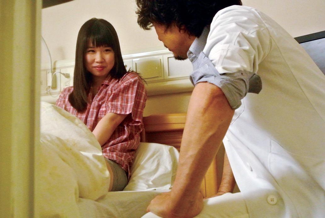 入院中の女子大生を彼氏からガチ寝取りする医師