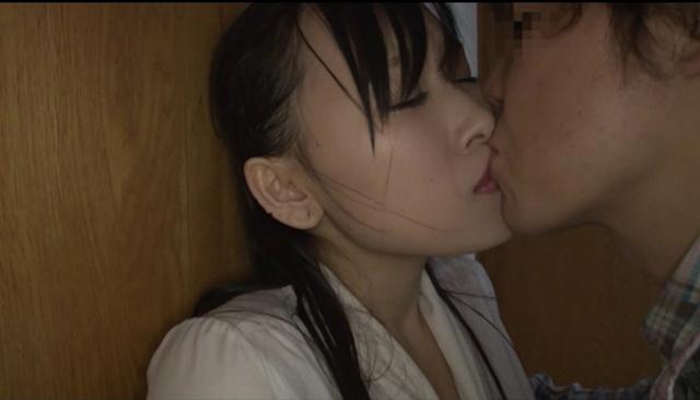雨宿り中、濡れ尻を震わせながら視線を合わせてくる人妻は、キスした瞬かん巨根を求めだす。