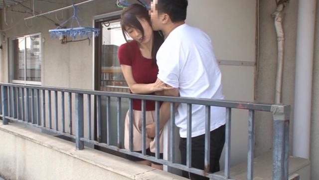 家族にバレたら…でも、止められない。隣に住む他人夫とのベランダ不倫にハマる人妻