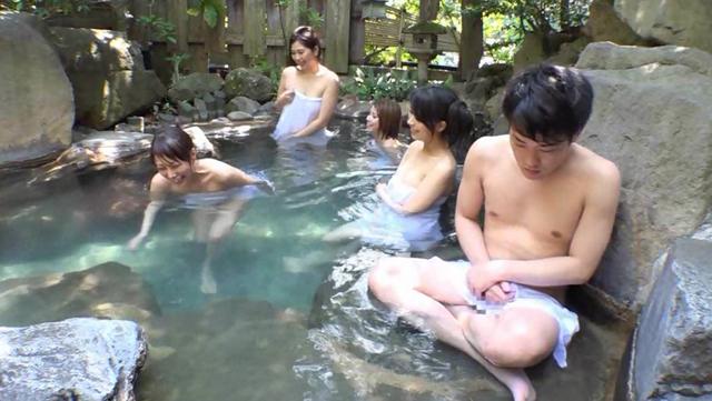 混浴露天風呂にデカパイ奥様集団が! タオルから飛び出した勃起チ○ポをじっと見て近づいて来たよ!