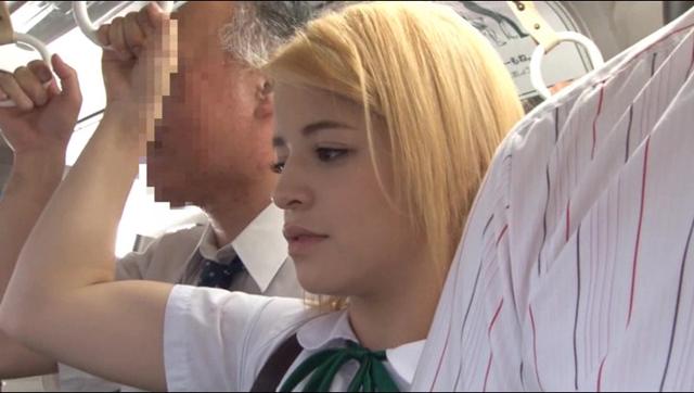 アメリカからやって来たGカップ美少女 ブロンド女子校生イキ狂わせ痴漢 日本人のネチっこい痴漢師たちによる徹底強姦で絶頂イキ潮がパイパンマ◯コから無制限に溢れ出す!