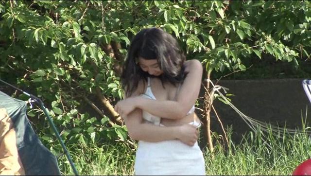 【エロ動画】寝取らせ検証 「王様ゲームの命令とはいえ旦那の目の前で他人夫と濃密なキスをした愛妻はその後、浮気してしまうのか?」VOL.2 夏のキャンプ場|這いよれ!スリラー女子さん-エロ動画-