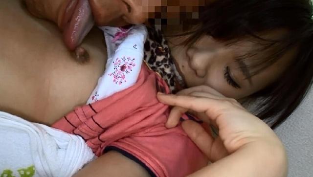 【エロ動画】夏休み親子痴漢 お父さんの知らぬ間に、キャンプ場、温泉旅館、動物園で狙われた母娘|這いよれ!スリラー女子さん-エロ動画-