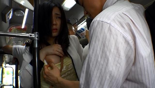 満員バスで巨乳に密着された僕のフル勃起チ○ポがスカートめくりあげてマ○コにめり込み! お互いハァハァ収まりつかず挿入してしもた