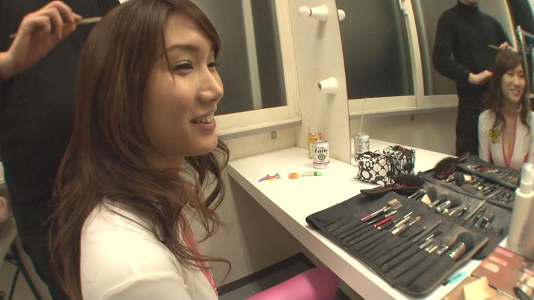 関西弁コスプレ美女mikuniの控室で20cm超え勃起チンポフェラ