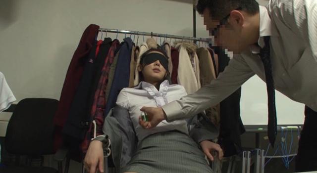 「超有名AV女優よりもエロの現場で働くスタッフが好き! 上原亜衣の美人マネージャーでフル勃起してヤる」
