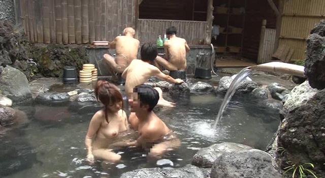 """酔ったお姉ちゃんが男湯に! 裸の姉を風呂から出そうと介抱する""""弟たち"""