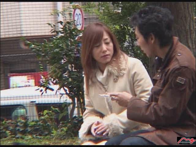 【エロ動画】通りすがりの人妻と中出しセックスのエロ画像1枚目