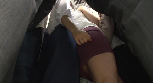 満員電車で偶然股間にあたる姉の柔らかい尻にボッキ暴発してしまった弟 弟チ○ポに欲情し思わずお掃除フェラまでしてしまい挿入もガマンできない姉