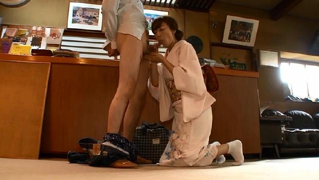 中出し性交マッサージ付き温泉宿の女将さん 瞳リョウ