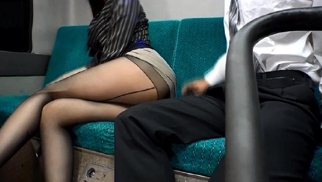 通勤バスはギュウギュウの満員で目の前には黒パンストのOLだらけ! どうしようもなく興奮しちゃった僕は生チ○コ擦りつけたら握り返してきた 2