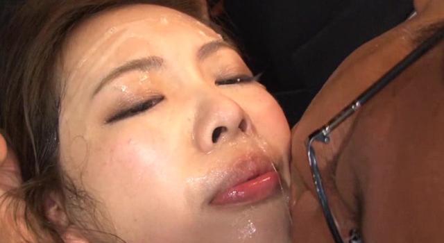 激烈!!嫌がる女の子の胃袋に50人を超える臭くて汚いおっさん達の生唾液を強制給餌(ガヴァージュ)