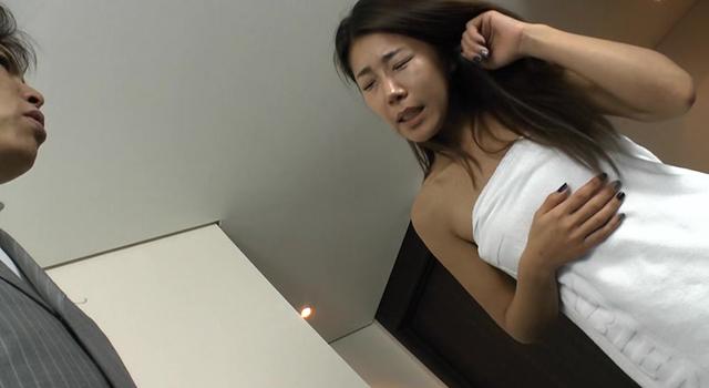 【エロ動画】外資系企業に勤めるボクは招かれた上司宅で全裸にバスタオル1枚の韓流美人妻と鉢合わせ!!まさかの露わになった美しすぎる裸体に思わず目が釘付けに・・・のエロ画像1枚目