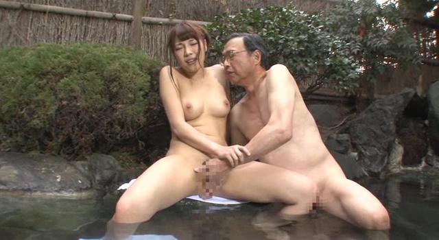 奇跡の再会!10年ぶりに再会した父娘がまさか混浴露天風呂で2人きり成長した娘と裸で対面したら父親でも発情してしまうのか?