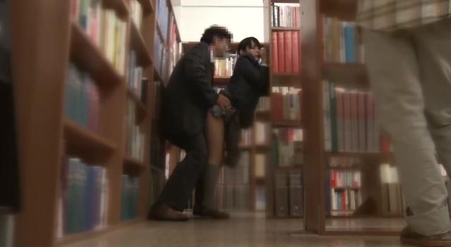公共施設で突然の強制わいせつ 声を出せない挿れっぱなし図書館 真面目な女子校生の未成熟なキツマンにデカチン即ハメ!合体したまま館内連れ回し!長時間挿入でガマンできずに無念の発情潮!!