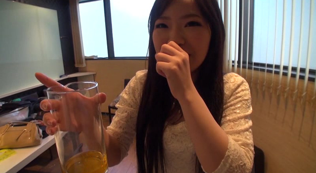 【エロ動画】新人AV女優 水野優奈を2日間かけて自宅で飲尿、浴尿調教。生チ○ポをおま○こに挿入したまま、たっぷりと膣内放尿をしました!のエロ画像1枚目