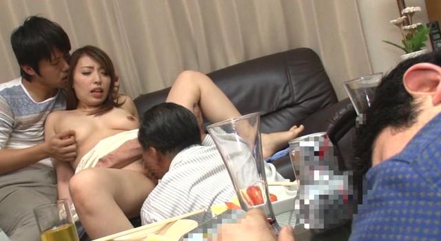 夫の昇進を盾に肉体関係を迫ってくる上司に体が疼いて夫の目の前でセックスをする巨乳妻 山口葵 32歳