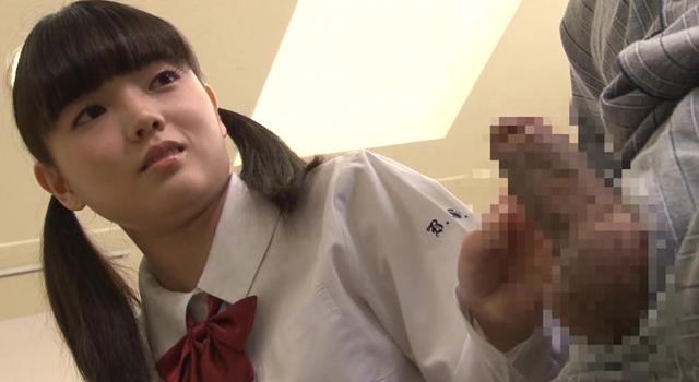 エロ動画、病院の待合室で診察中の母親を待っている超敏感なロリ女子校生をいいなり強制ピースSEXの表紙画像