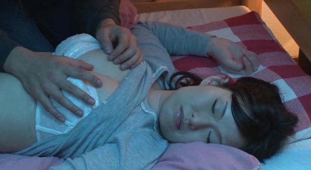 エロ動画、2段ベッドを揺らすほど感じる母の淫らな騎乗位を見て発情しだす娘の表紙画像