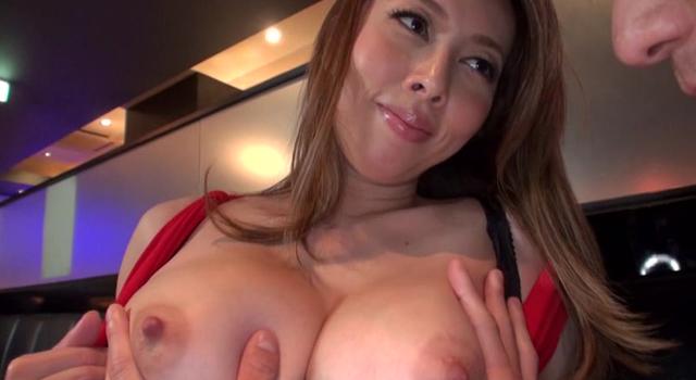 エロ動画、憧れのセクシー過ぎる美人ママは魅力的過ぎるムチムチ悩殺ボディーで勃起した肉棒を自ら咥え込むの表紙画像