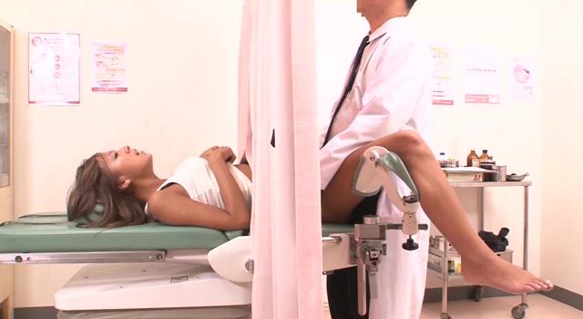 妊娠検査中に媚薬を注入された黒ギャルはカーテン越しに甘えた声で目先のチ○ポを求めイキまくる