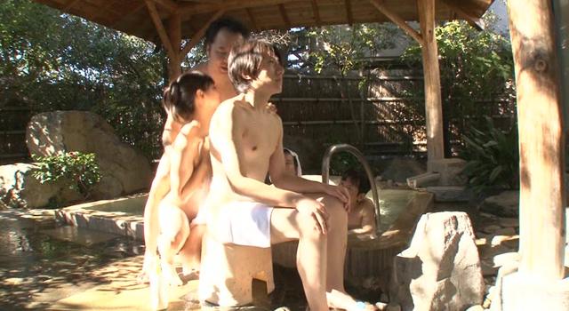 名門高学歴女子大生が混浴露天風呂でヌルヌル泡泡ボディ洗い体験
