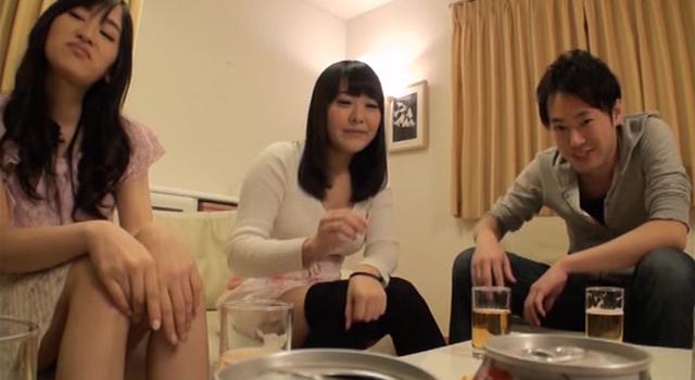【エロ動画】なし崩しスワップ!新居に遊びに来た親友カップルと超過激な王様ゲームをした結果…のエロ画像1枚目