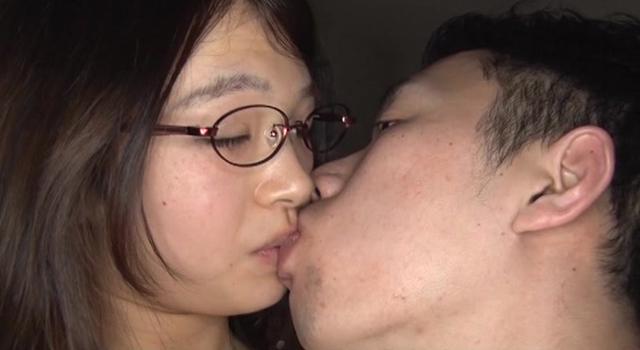 エロ動画、地味で恥ずかしがり屋なのに実はとってもエロい 巨乳すっぴんメガネっ子の表紙画像