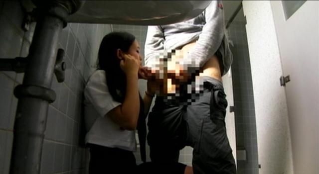 公衆トイレで犯される女子校生映像集