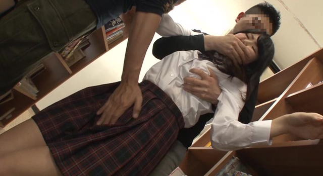 【エロ動画】図書館で勉強していた真面目女子校生の股間に媚薬を塗りつけ、失禁するまでイカせまくるのエロ画像1枚目