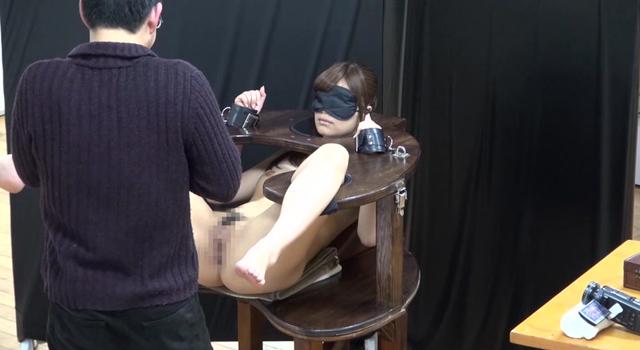 【エロ動画】「童貞観察」Q.何も知らされていない童貞が全裸で拘束された紺野ひかると同じ部屋に閉じ込められたらどうするのか?のエロ画像1枚目