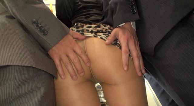 エロ動画、通勤途中のタイトスカートの綺麗なお姉さんのイヤラシイお尻にチ〇ポ擦りつけほとばしる精液をブッカケる痴漢たち!!3の表紙画像