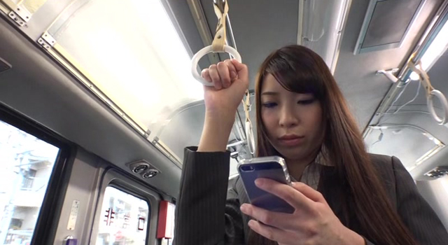 通勤途中に働くお姉さん達の大人カラダに悪ガキ供のHなイタズラがエスカレート!路線バスで他の乗客の前でヤッちゃった!!