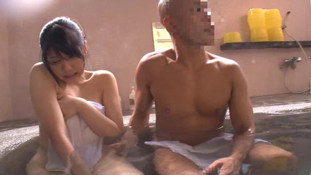 【エロ動画】温泉旅館中出し痴漢4 男湯に連れ込まれ周囲の目に辱しめられ感じてしまう女のエロ画像1枚目