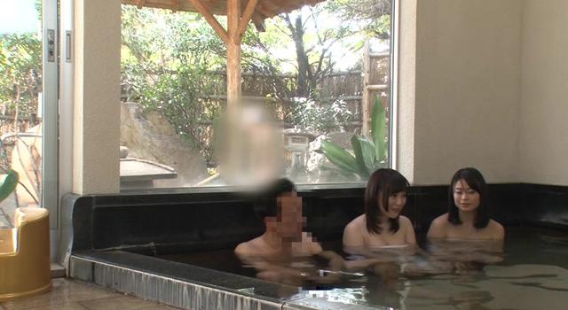巨乳の奥様と娘が男だらけの混浴露天風呂に突撃!スケベ椅子持参で日頃の労をねぎらう夫のボディ洗いという過激ミッションでご無沙汰チ〇ポもギン勃ち!欲求不満な奥様だけでなく…