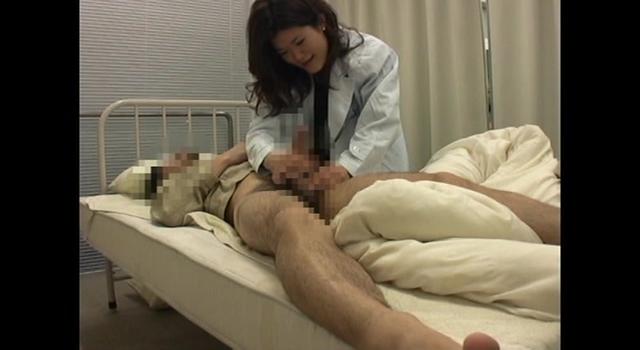 女医のおばさんがムチムチな下半身で欲情したので密着して迫ったら…