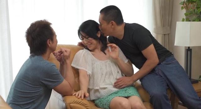 【エロ動画】熟女のお宅にお邪魔させてください!ご家族不在中に絶叫イカセ!生中出しのエロ画像1枚目