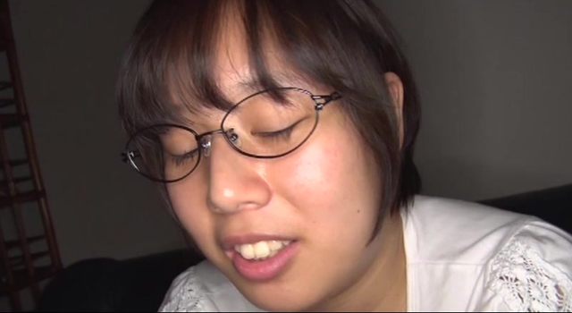 ショートヘアが可愛い爆乳すっぴんメガネっ娘