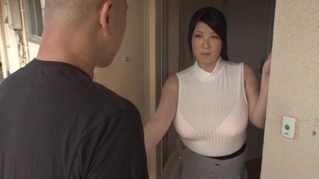 いつも薄着のムチムチ人妻は夫の短小チ○ポでは欲求不満なようで隣に住む独身男のデカチンで奥を突かれたら全身を震わせてイキまくった