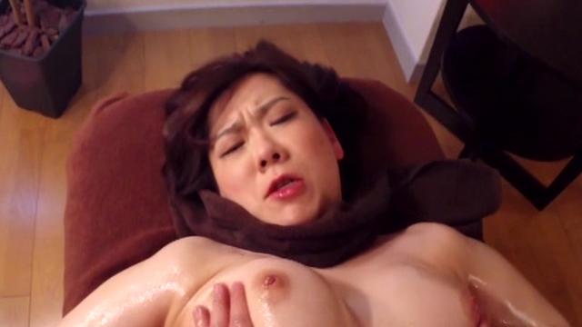 媚薬オイルマッサージで人妻がムズムズ…触ってください!と懇願する卑猥なテクニック