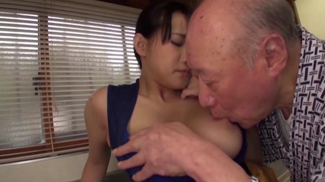 老人たちに寝取られたセックスレスの夫を持つ爆乳嫁 澁谷果歩